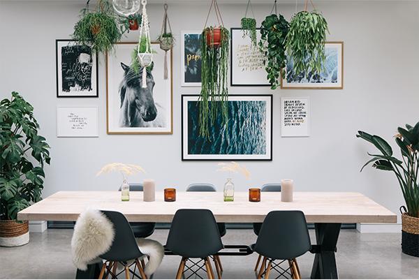 un mur de cadres comment a marche d co et des couleurs. Black Bedroom Furniture Sets. Home Design Ideas